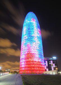 Torre Agbar di Barcellona illuminata