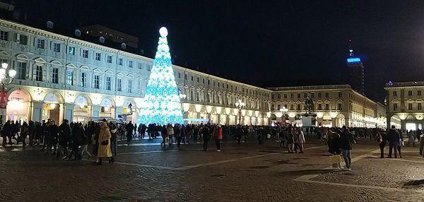 albero di natale di luci in piazza san carlo a torino
