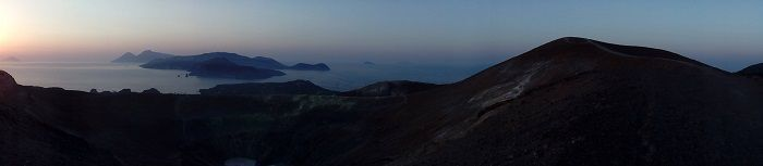 vista al tramonto dal cratere di vulcano isole eolie