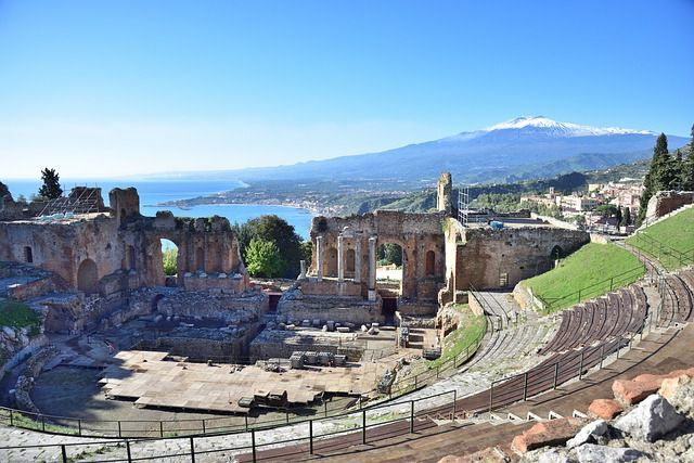 vista dal teatro greco di taormina con etna innevato